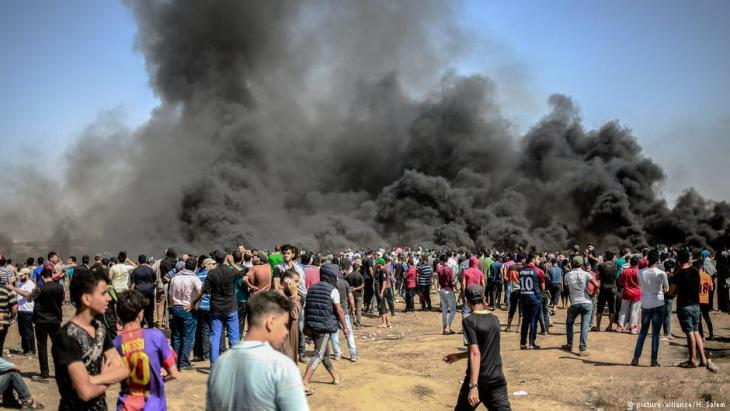 Renewed protests at the fence separating Gaza from Israel on 8 June 2018 (photo: picture-alliance/H. Salem)