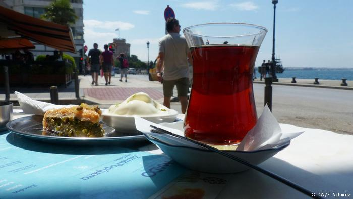 Tea and baklava on a cafe table in Thessaloniki (photo: DW/Schmitz)