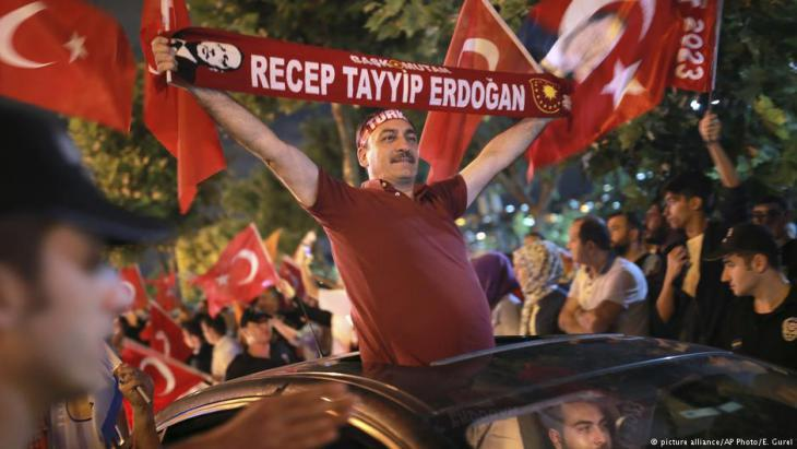 Erdogan supporters in Istanbul celebrate the election result (photo: picture-alliance/AP)