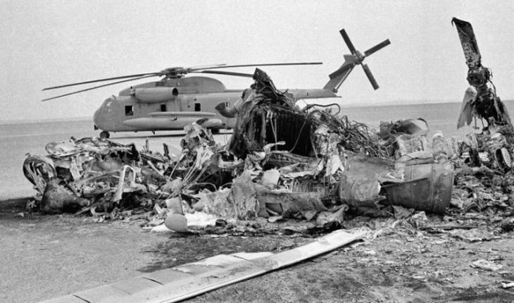 U.S. militaryʹs unsuccessful Eagle Claw mission: aftermath of the mid-air collision – wrecked aircraft in the desert 600 kilometres from Tehran (photo: AP)