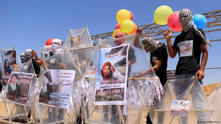 Bureij, Gaza Strip, Palestinian Territory – Palestinian protesters prepare balloons and kites loaded with flammable material to be flown towards Israel, at the Israel-Gaza border in al-Bureij in the centre of Gaza Strip on 14 June 2018 (photo: Imago/ZUMA Press)