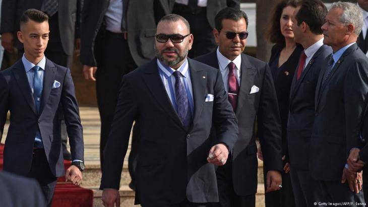 Moroccoʹs Royals on parade: King Mohammed VI flanked by his son, Prince Moulay Hassan (l.), and his brother Prince Moulay Rachid, welcomes the French president upon his arrival in Rabat on 14 June 2017 (photo: Getty Images/AFP/F. Senna)
