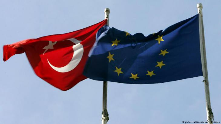 Symbolic image showing the flags of Turkey and the European Union (photo: picture-alliance/dpa)