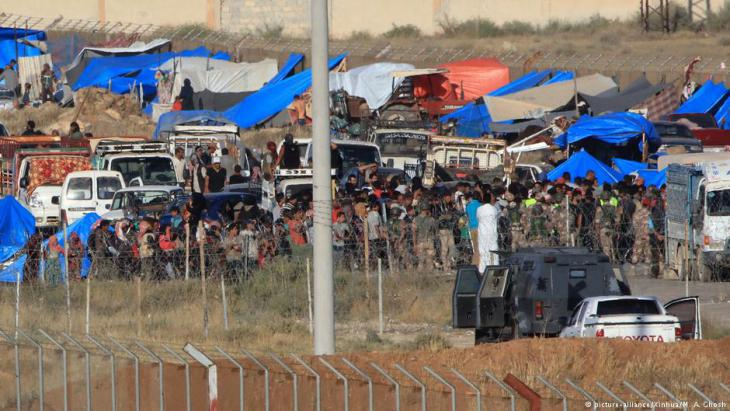 Refugees from Daraa province at the Jordanian-Syrian border (photo: Xinhua/picture-alliance)