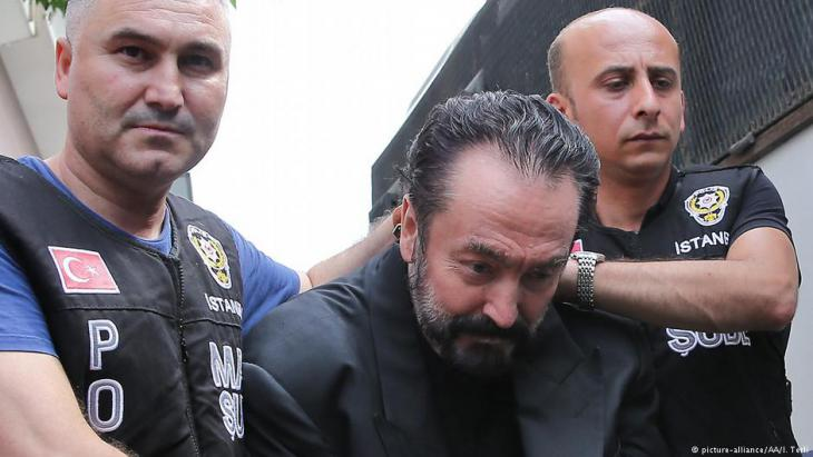 The arrest of Adnan Oktar in Istanbul (photo: picture-allince/AA)