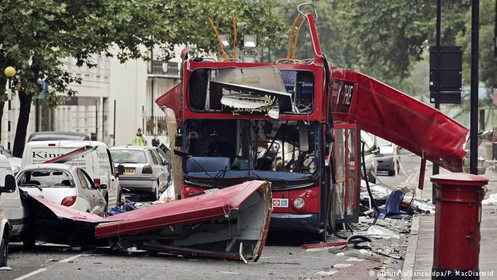 Bus destroyed in the 7 July attacks in London in 2005 (photo: picture-alliance/dpa/P. McDiarmid)