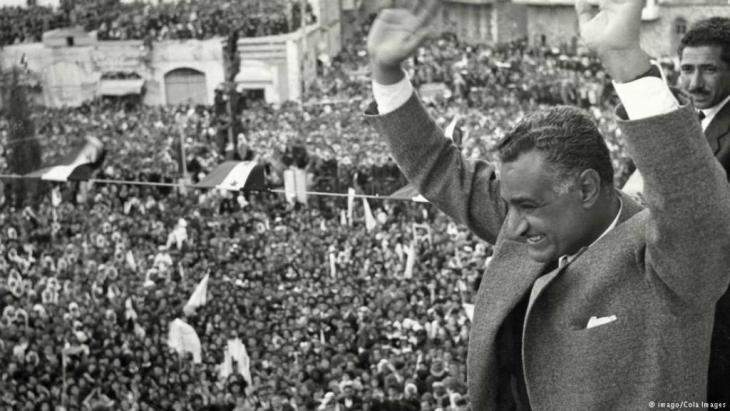 Egyptian President Gamal Abdel Nasser greets a crowd in Cairo after the end of the political union between Egypt and Syria (photo: imago/Cola Images)