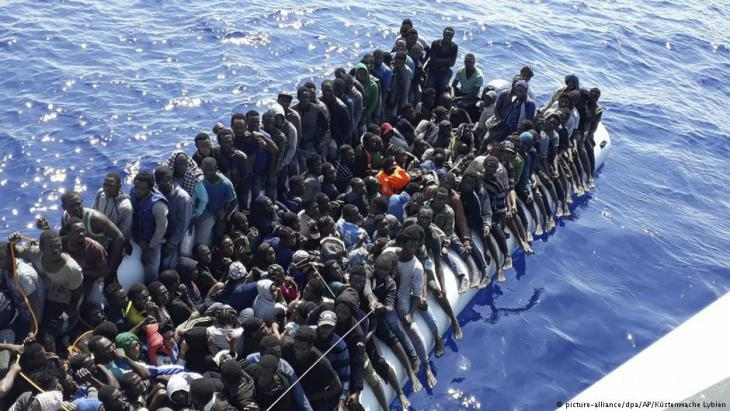 Migrants on a boat (photo: picture-alliance/dpa/AP/Libyan coastguard)