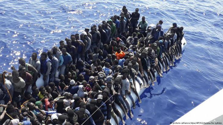Migrants on a boat (photo: picture-alliance/dpa/AP/Libyan coastguard)