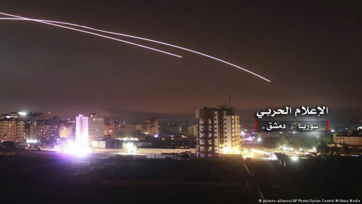 Israeli rockets over Damascus target Iranian positions (photo: picture-alliance/AP Photo/Syrian Central Military Media)