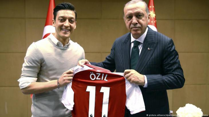 Mesut Ozil and President of Turkey Recep Tayyip Erdogan (photo: picture-alliance/dpa)