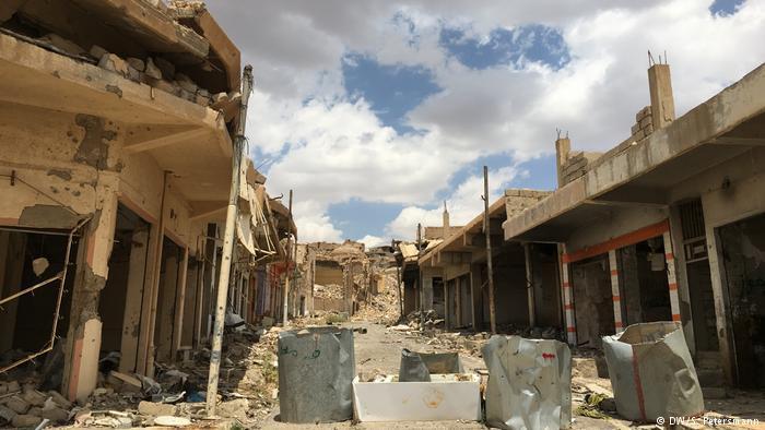 A street in Sinjar with an abandoned barricade (photo: DW/Sandra Petersmann)