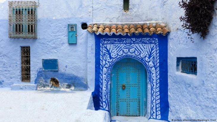 A doorway in the historic old town of Chefchaouen – also known as 'the blue town' – in Moroccoʹs Rif mountains (photo: picture-alliance)