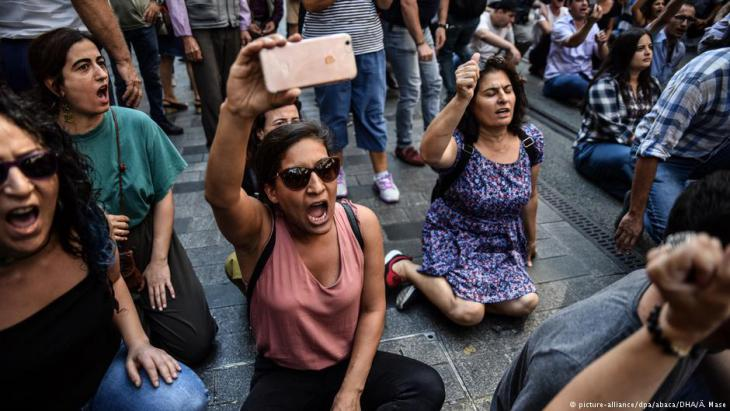 Protesters demonstrate peacefully during the 700th vigil of the Saturday Mothers in Istanbul on 25.08.2018 (photo: picture-alliance/dpa/abaca/DHA/A.Mase)