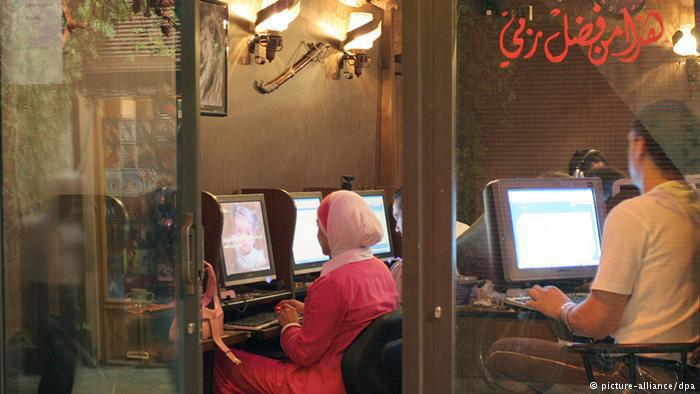 Young Arabs in an Internet cafe (photo: dpa/picture-alliance)
