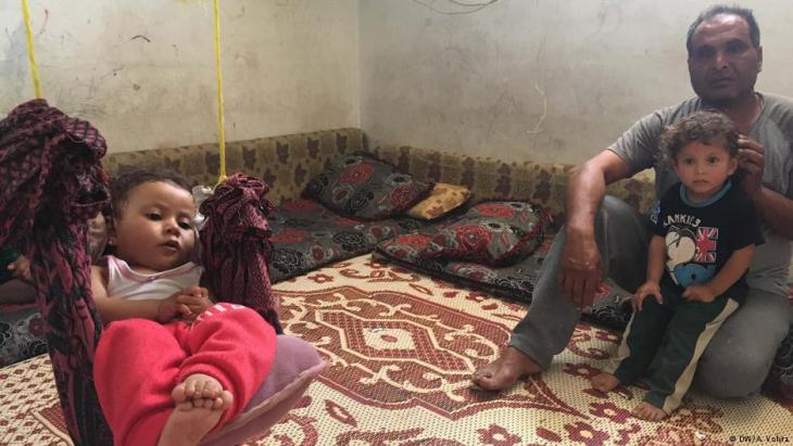 Mizyed with two of his children in their shelter in a Lebanese refugee camp, Bekaa Valley (photo: DW/A. Vohra)