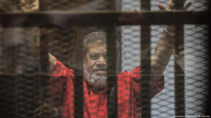 Arrested former Egyptian president Mohammed Morsi (photo: picture-alliance/dpa/M. Hossam)