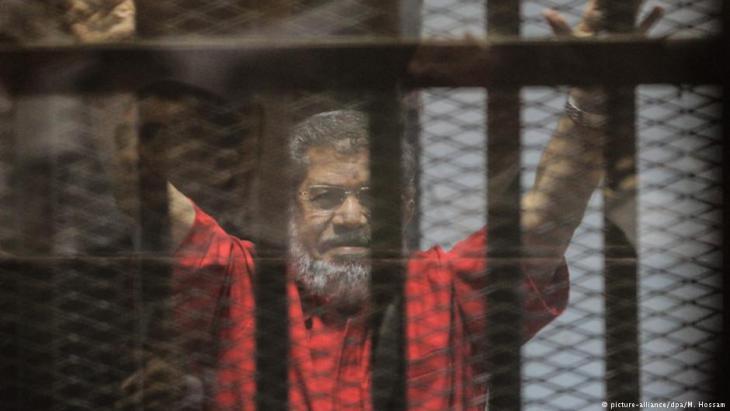 Arrested former Egyptian president Mohammed Morsi (photo: picture-alliance/dpa/M. Hossam)