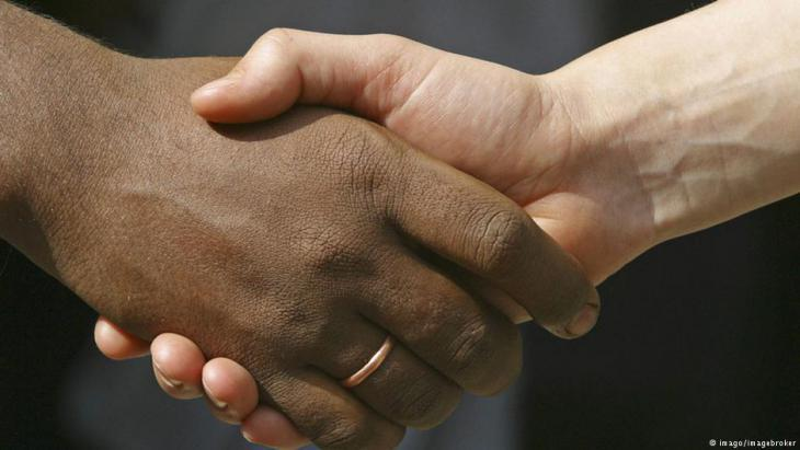Handshake symbolising diversity and integration (photo: Imago/Imagebroker)