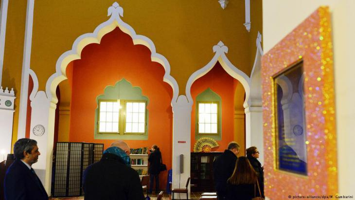 Interior of the Lahore Ahmadiyya Mosque in Berlin (photo: picture-alliance/dpa)