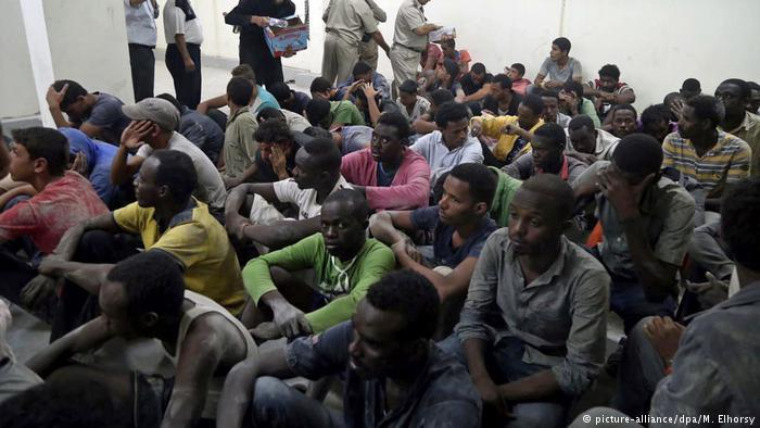 Migrants at a police station in Rosetta, Egypt (photo: picture-alliance/dpa)