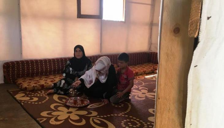 Muazzaz Ali, daughter Lama Farzad and grandson in their temporary home in a Lebanese refugee camp (photo: DW)
