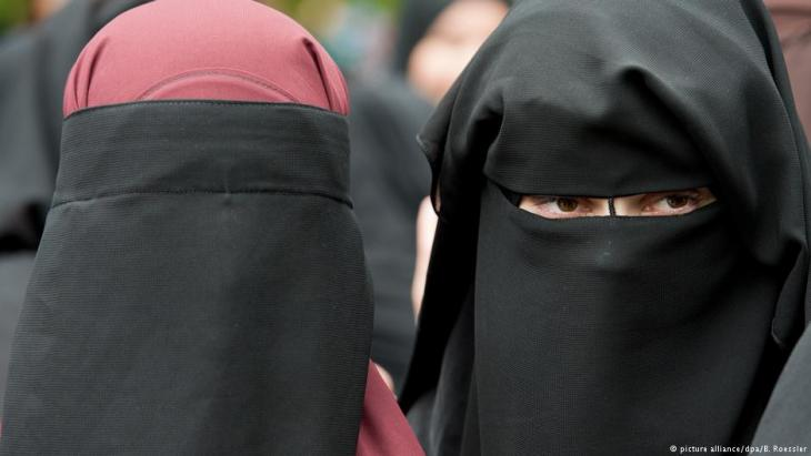 Women play a growing role in Germany's Salafist scene (photo: picture-alliance/dpa/B. Roessler)