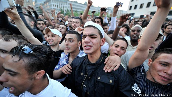 Before Salafists moved most of their efforts online, their preachers were celebrated like rock stars at public rallies, like here in Frankfurt in 2011 (photo: picture-alliance/dpa/B. Roessler)
