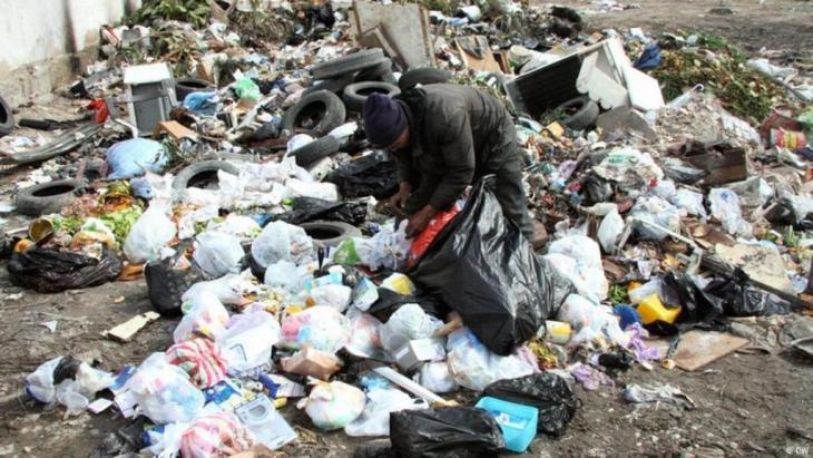 Sifting through the rubbish in Tunisia (photo: DW)