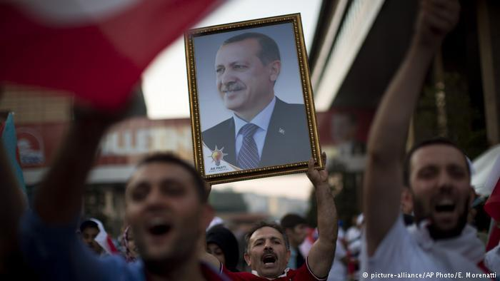 Turks rally in support of Recep Tayyip Erdogan (photo: picture-alliance/AP Photo/E. Morenatti)Supporters rally