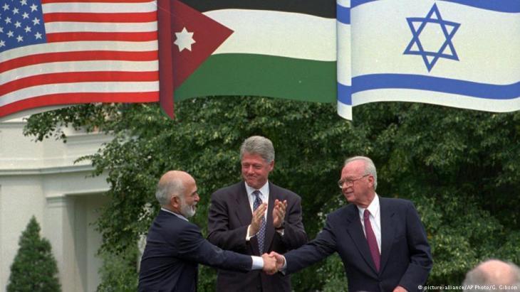 Israeli-Jordanian peace treaty: King Hussein of Jordan (left), U.S. President Bill Clinton and Israelʹs Prime Minister Yitzhak Rabin (photo: picture-alliance/AP)