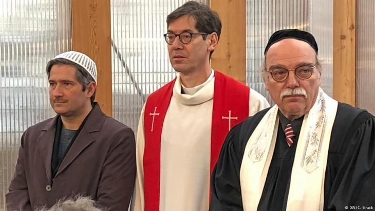 Imam Kadir, Protestant pastor Gregor Hohberg, Rabbi Andreas Nachama (from left to right) are all members of the projectʹs board of trustees (photo: DW/Christoph Strack)