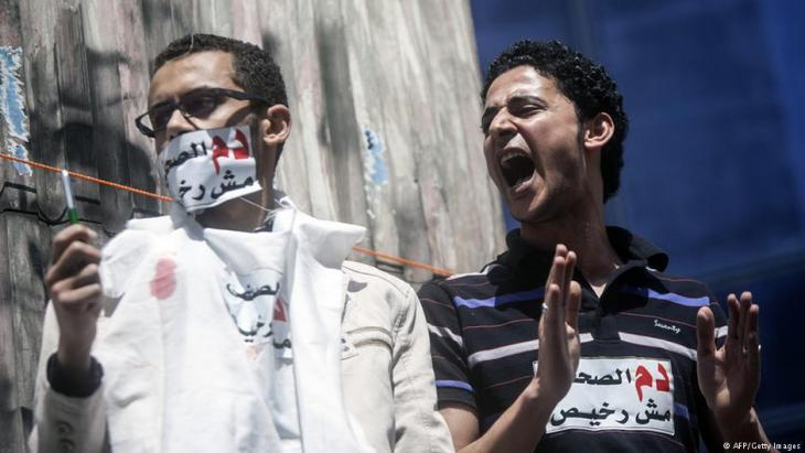 Egyptian journalists protest against censorship and repression in front of the press syndicate in Cairo on 17.04.2014 (photo: Mahmoud Khaled/AFP/Getty Images)