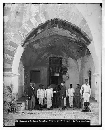 Turkish soldiers at the entrance to a prison in Jerusalem, photo taken between 1889 and 1914, Palestine (photo: © Library of Congress)