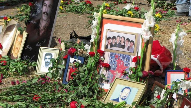 Mass graves of political prisoners massacred in the summer in Tehranʹs Kharavan Cemetery (photo: DW/S. Montazari)