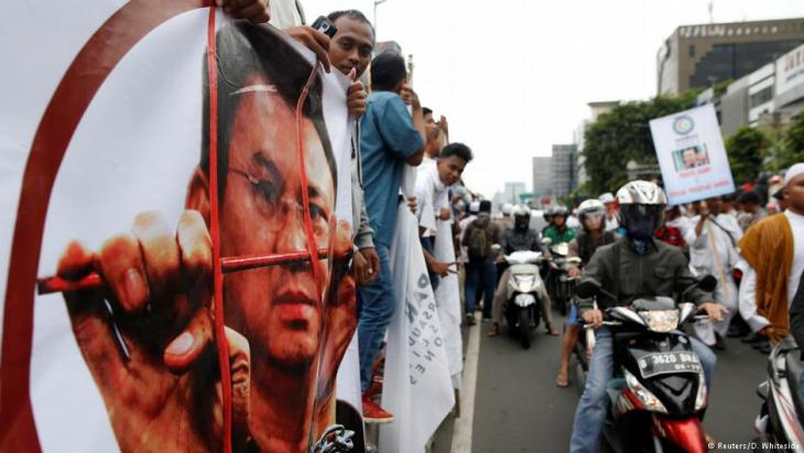 Hardline Muslim groups protest outside the court as the controversial blasphemy case against Jakarta's Christian governor Basuki Tjahaja Purnama, also known as Ahok, is heard in Jakarta, Indonesia 27 December 2016 (photo: Reuters/D. Whiteside)