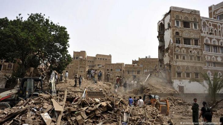 People search for survivors following airstrikes in the Old City of Sanaa, in Sanaa, Yemen, on 12 June 2015 (photo:picture-alliance/Photoshot/Hani Ali)