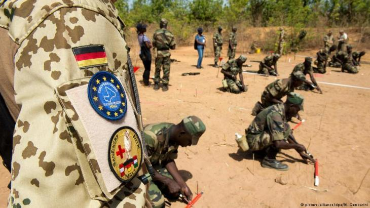 German soldiers in Koulikoro, Mali oversee the training of Malian army units (photo: picture-alliance/dpa)