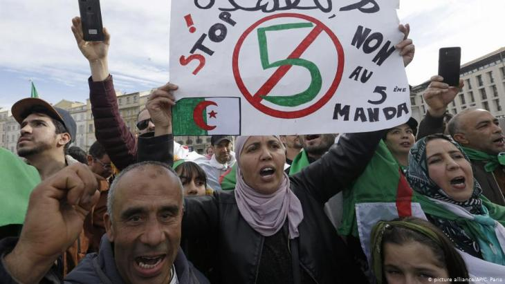 Algerians demonstrate against a fifth term for Bouteflika (photo: picture-alliance/AP)