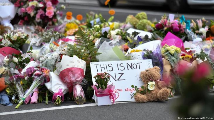 Flowers left near the Al Noor Mosque in Christchurch (picture-alliance/dpa/M. Tsikas)