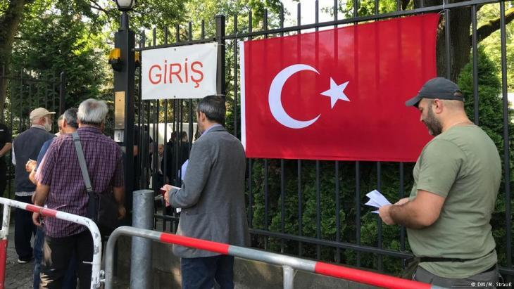Turkish voters wait in front of the Turkish consulate in Berlin to vote in the Turkish presidential elections on 07.06. 2018 (photo: DW/M. Strauss)