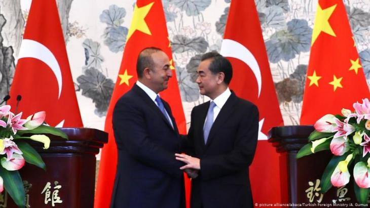 Turkish Foreign Minister Mevlut Cavusoglu (l) and Chinese Foreign Minister Wang Yi (r) shake hands after holding a joint press conference in Beijing, China on 3 August 2017 (photo: picture alliance/abaca/Turkish Foreign Ministry /A. Gumus)