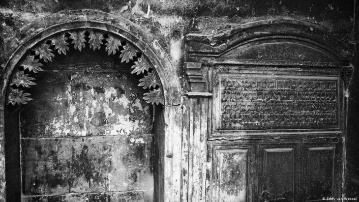 Hebrew inscriptions in a building in Mosul, Iraq (photo: Eddy van Wessel)