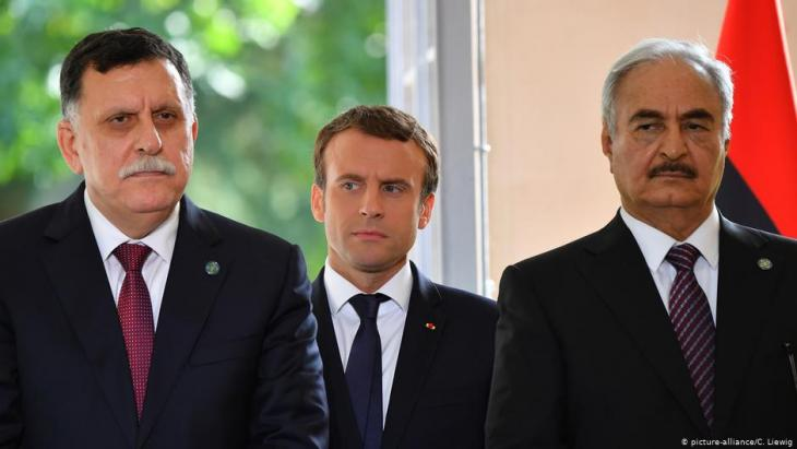 The internationally recognised Libyan prime minister Fayez al-Sarraj, Franceʹs President Emmanuel Macron and General Khalifa Haftar in July 2017 in Paris (photo: picture-alliance/C. Liewig)