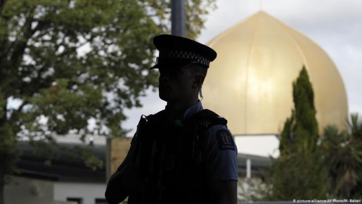 Police officer in front of the Al Noor Mosque in Christchurch following the attack on 15 March 2019 (photo: picture-alliance/AP)