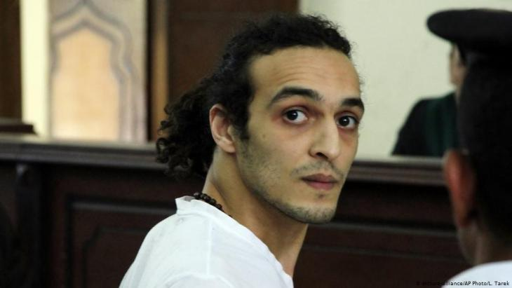 Egyptian journalist Shawkan in court in Cairo in 2015 (photo: picture-alliance/AP)