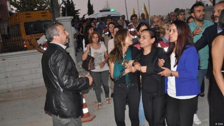 Burial of HDP politician Aysel Tuglukʹs mother, Hatun Tugluk (photo: DHA)