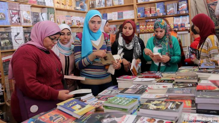 Visitors to the Cairo Book Fair in 2015 (photo: picture-alliance/dpa/K. Elfiqi)