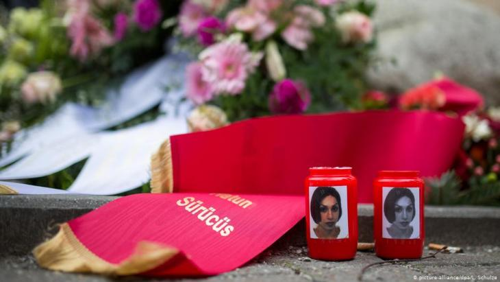Candles lit at the memorial to Hatun Aynur Surucu in Berlin on 7 February 2015 (photo: picture-alliance/dpa)
