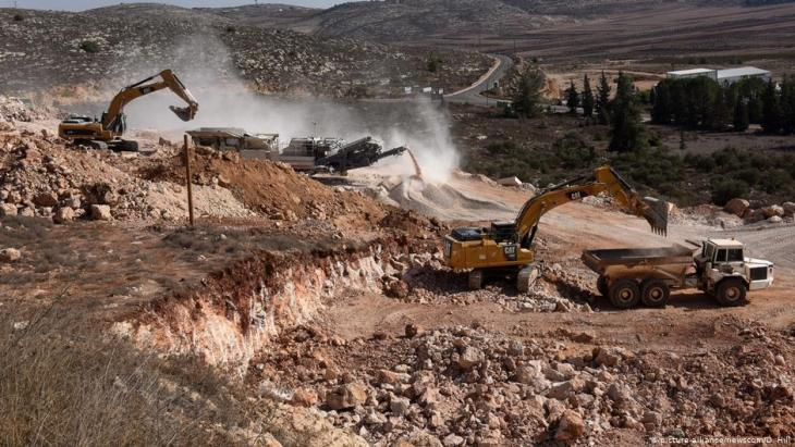 Heavy equipment clears land for new Jewish homes in the Israeli settlement of Shiloh in the West Bank,  17 November 2016 (photo: picture-alliance/newscom/D. Hill)